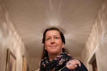 """Satu Lämsästä tuli kahdessa viikossa syöpäsairas – Nyt hän toivoo, että olisi osannut päästää vihansa ulos eikä olisi sulautunut tapetteihin: """"Mitä jos olisin päästänyt kaiken murheen ja surun pois?"""