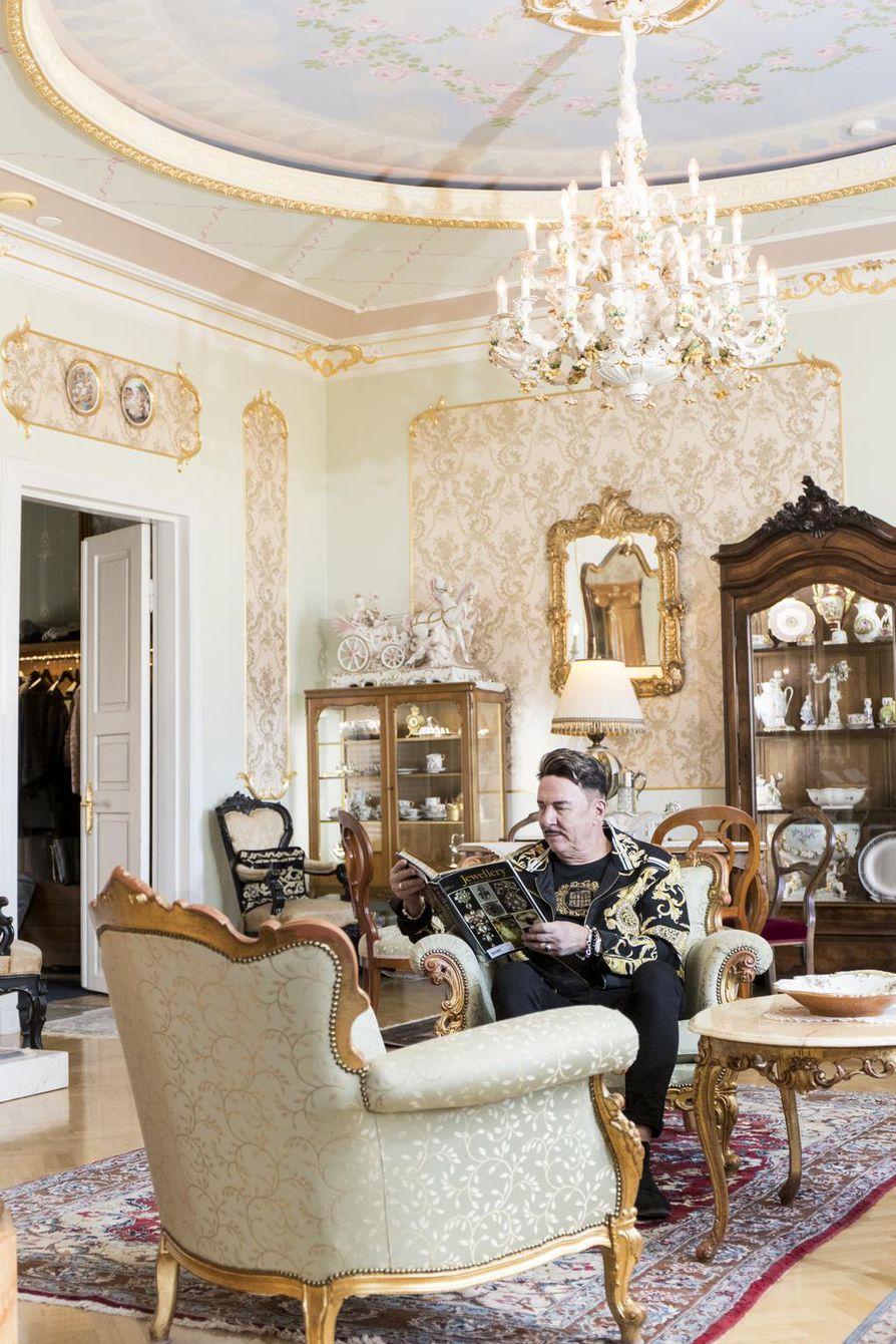 Markku Ellalalle rakkain kalusteryhmä on jo opiskelijaboksiin ostettu kuningas Farukin rokokoo-sohvakalusto. Ellala on maalannut itse asunnon sisäkatot.