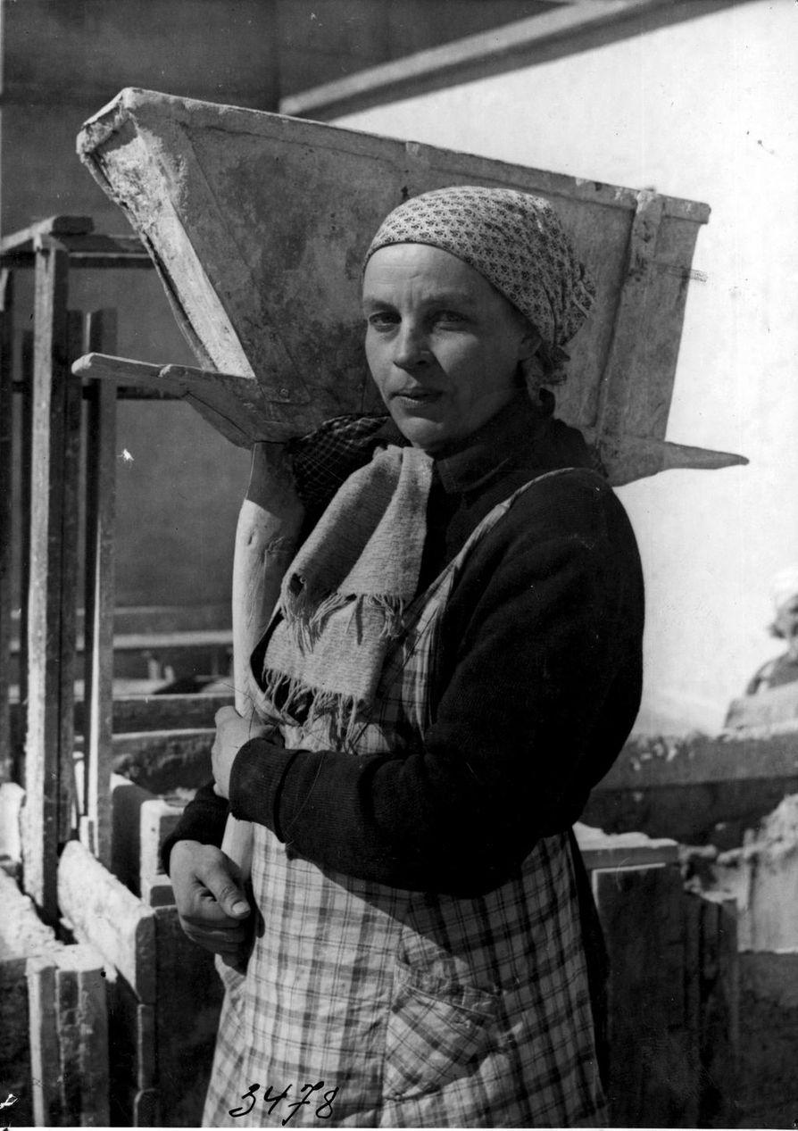 Aili Perälä työskenteli muurauslaastin kantajana Valkealinnan kerrostalon työmaalla keväällä 1941.