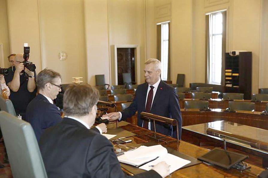 SDP:n puheenjohtaja Antti Rinne valtakirjojen tarkistuksessa tiistaina eduskunnassa. Loppuviikosta odotetaan Rinteen kysymyksiä eduskuntaryhmille, kun hänet todennäköisesti nimitetään hallitustunnustelijaksi. Puhelin on soinut ahkerasti myös pääsiäisen aikaan.