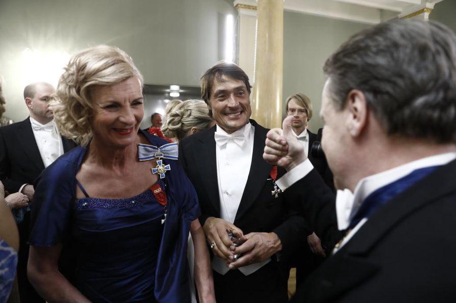 Teemu Selänne oli Linnan juhlissa kolmatta kertaa. Vieressä Marja-Liisa Kirvesniemi ja Ilkka Kanerva.