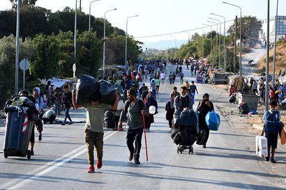 Kreikan poliisi siirtänyt satoja turvapaikanhakijoita uuteen telttaleiriin Lesboksen saarella torstaina – Morian leirin palo jätti 12 000 ilman suojaa, mutta monet ovat haluttomia siirtymään väliaikaismajoitukseen