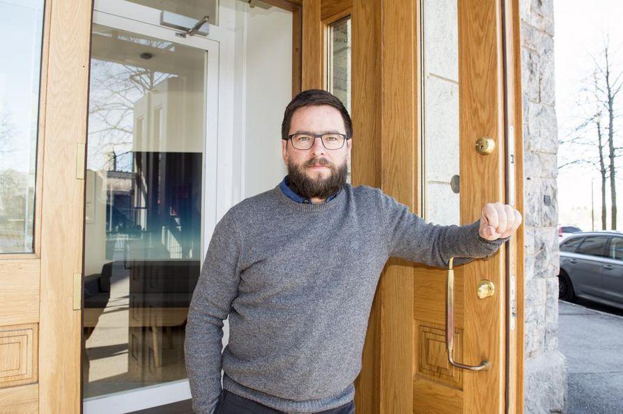 Teollinen muotoilija Harri Koskinen sai ensikosketuksensa lasitaiteeseen Nuutajärvellä Oiva Toikan valitsemana stipendiaattina.