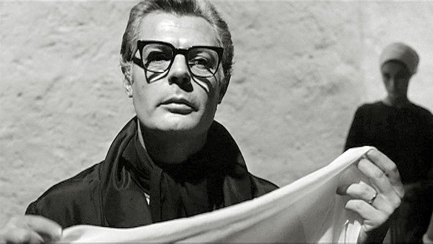 8 ½ on Federico Fellinin omaelämäkerrallinen teos. Siinä elokuvaohjaaja kohtaa lepokodissa elämänsä naiset, neuroosit, unet ja muistot. Kuvassa pääosan esittäjä Guido Anselmi (Marcello Mastroianni).