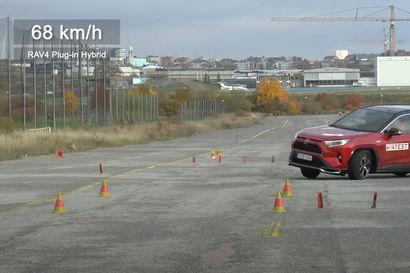 """Katumaasturit jälleen vaikeuksissa ruotsalaislehden väistötestissä – Teknikens Värld sanoo Toyota RAV4-lataushybridin ajokäytöstä """"skandaalimaisen huonoksi"""""""