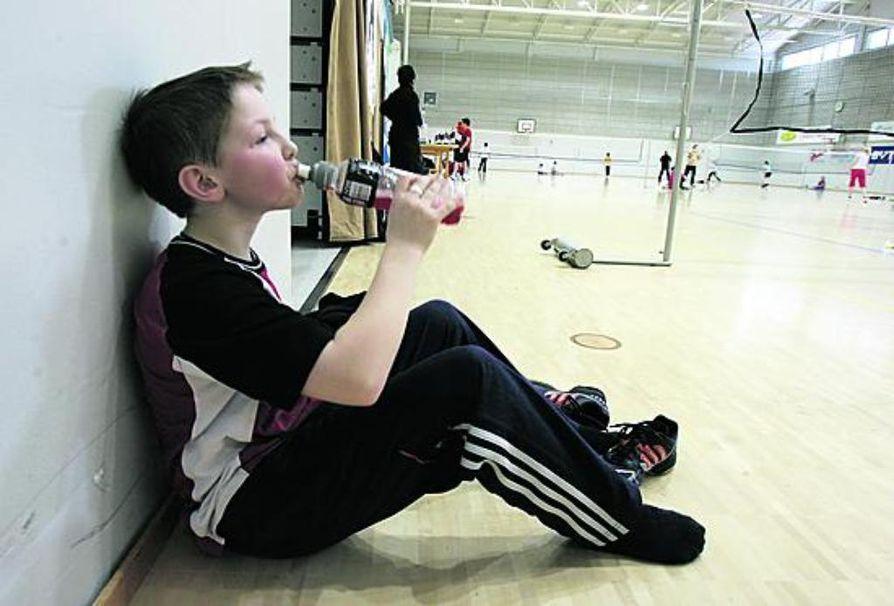 Kovakuntoinenkaan pelimies ei jaksa hakata palloa ilman tankkaustaukoa. Jere Hokki katselee samalla, miten muilla pelaajilla menee.