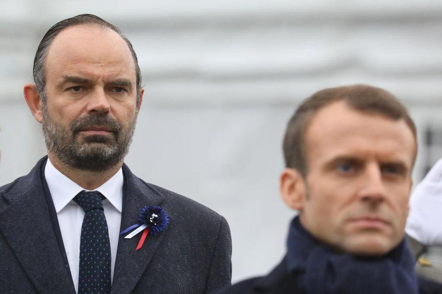 Ranskan pääministeri Édouard Philippe (vas.) ilmoitti veronkorotusten jäädyttämisestä tiistaina. Vielä viikonloppuna presidentti Emmanuel Macronin (oik.) viesti oli, että hän pitää kiinni energiapolitiikastaan.