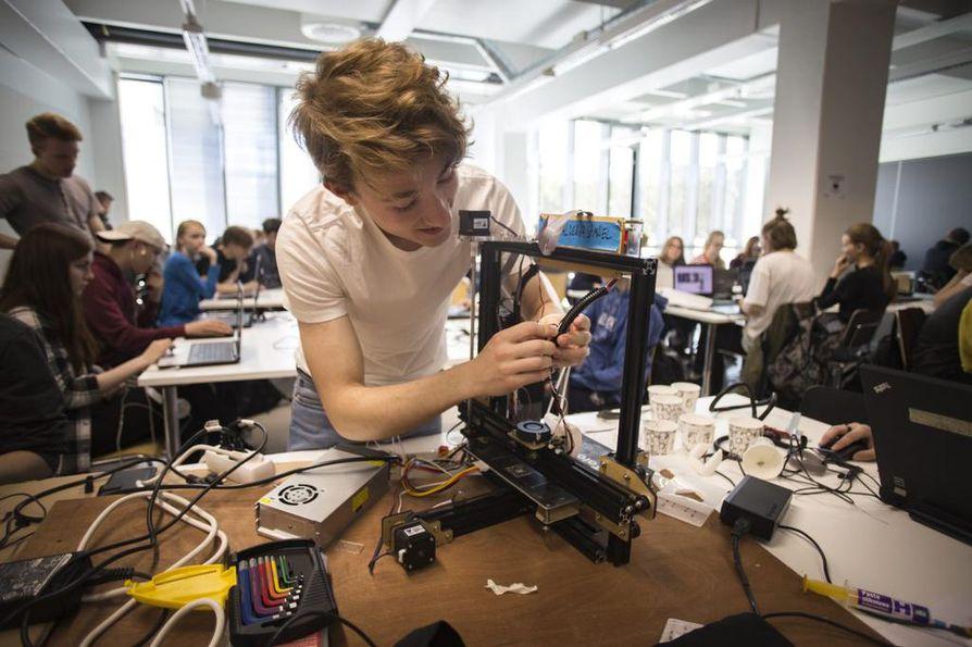 """Alex Siira, 16, tekee huoltotöitä 3D-tulostimeen. Korjauslistalla on ollut muun muassa Tevo Tarantula-tulostimen tuulettimen vaihto. Päivitetyllä printterillä saa parempaa ja nopeampaa tulostusjälkeä. """"Tämä on pikkutarkkaa hommaa."""" Koodikärppiä edeltävää kokemusta 3D-printtauksesta hänellä ei ole."""