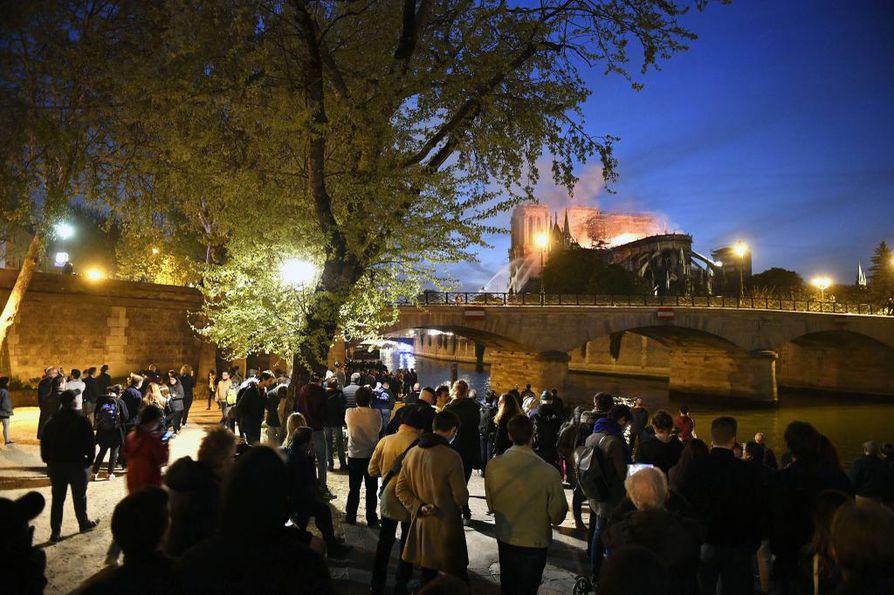 Pariisilaiset kerääntyivät Seinen rannalle katsomaan, kun Notre Dame palaa.