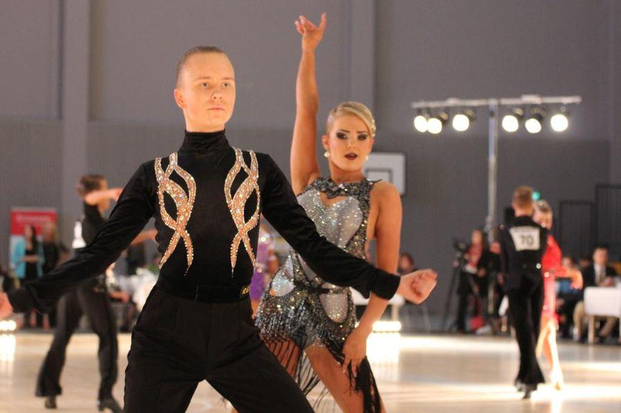 Ouluun saatiin sunnuntaina jo toinen suomenmestaruusmitali 10-tanssin SM-kisoissa, kun tanssiurheiluseura DSC Oulu ry:n pari Samuli Perämaa ja Anne Haataja tanssi hopealle nuorisoluokassa.