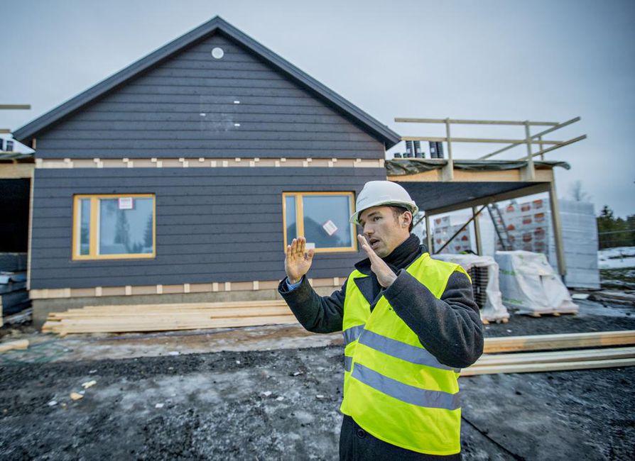 Joran Hasenson kertoo, että sääntely, mittaukset ja valistustyö ovat tuottaneet hyviä tuloksia rakennuksilla. Kastelli-talot rakentaa juuri erillistaloja Hiukkavaarassa.