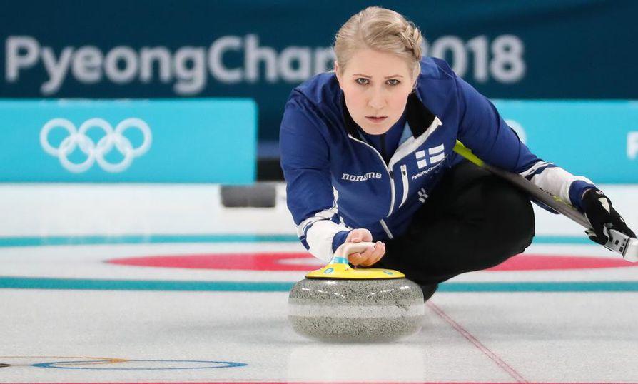 Oona Kauste edustaa Suomea curlingissa.
