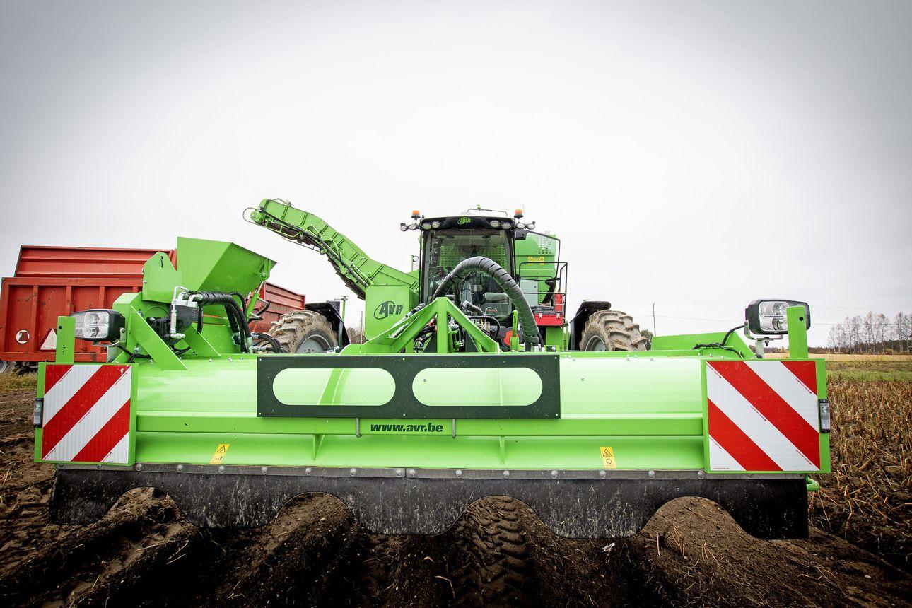 Lakeuden tehokkain perunaharvesteri löytyy nyt Lumijoelta – kävimme katsomassa konetta ja kysyimme viljelijältä kommenttia maatalouden päästökeskusteluun