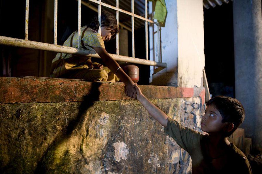 Kahdeksalla Oscarilla palkittu Slummien miljonääri on tarina kohtalosta ja rakkaudesta. Orpopoikaa lapsena esittää Ayush Mahesh Khedekar ja hänen rakkauttaan Latikaa Rubina Ali.