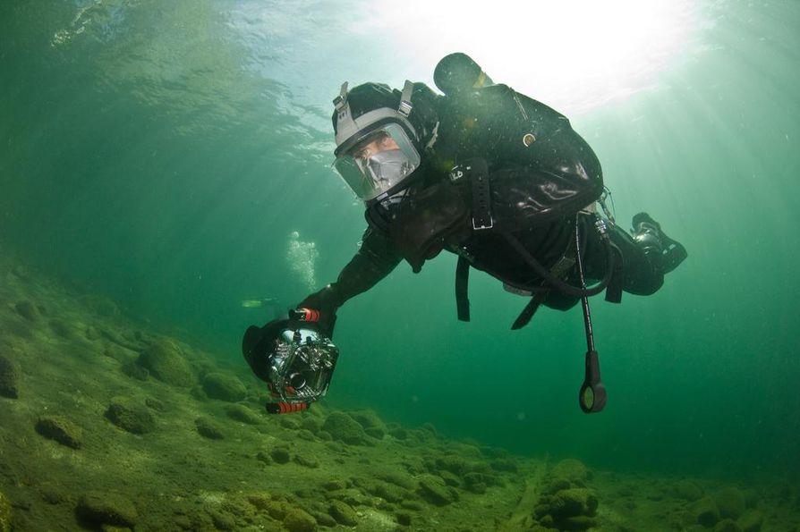 Vedenalainen kuvaaminen vaatii mittavan kaluston. Vapaa-ajalla Röhr vapaasukeltaa märkäpuvussa, maskissa ja snorkkelissa. Ero laitesukeltamiseen on sama kuin ajaisi mönkijällä metsään tai kuin menisi sinne kävellen.