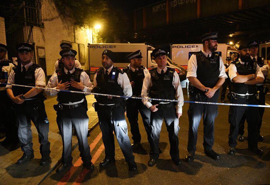 Poliiseja partiossa Seven Sisters Roadilla Pohjois-Lontoossa.
