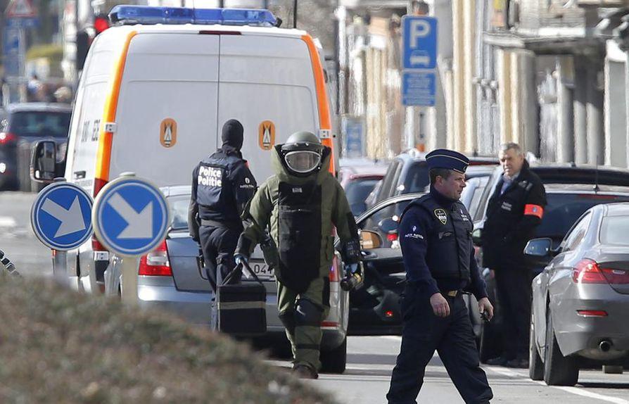 Brysselissä oli kaksi mittavaa poliisioperaatiota perjantaina. Niiden yhteydessä pidätettiin kolme terrorismista epäiltyä.