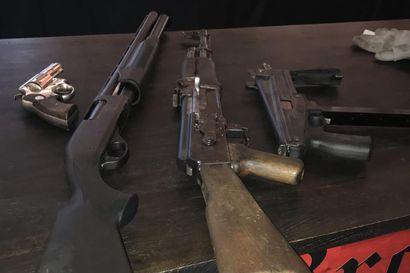 Laaja UB-vyyhti siirtyy syyttäjälle – Krp: jengipomo kauppasi 30 kiloa amfetamiinia, piti hallussaan 60 asetta ja kääri rikoshyötynä puoli miljoonaa
