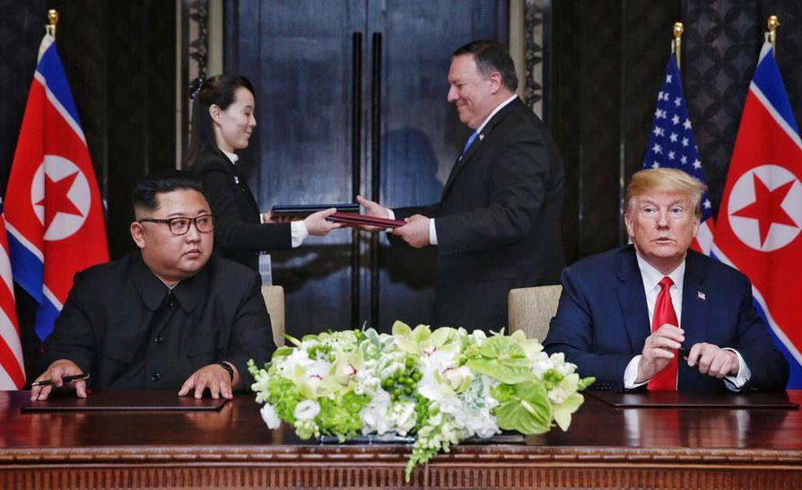 Kim Jong-unin sisko Kim Yo-jong ja Yhdysvaltain ulkoministeri Mike Pompeo vaihtoivat keskenään Trumpin ja Kimin allekirjoittaman dokumentin vain hetki sen jälkeen, kun he olivat allekirjoittaneet sen.