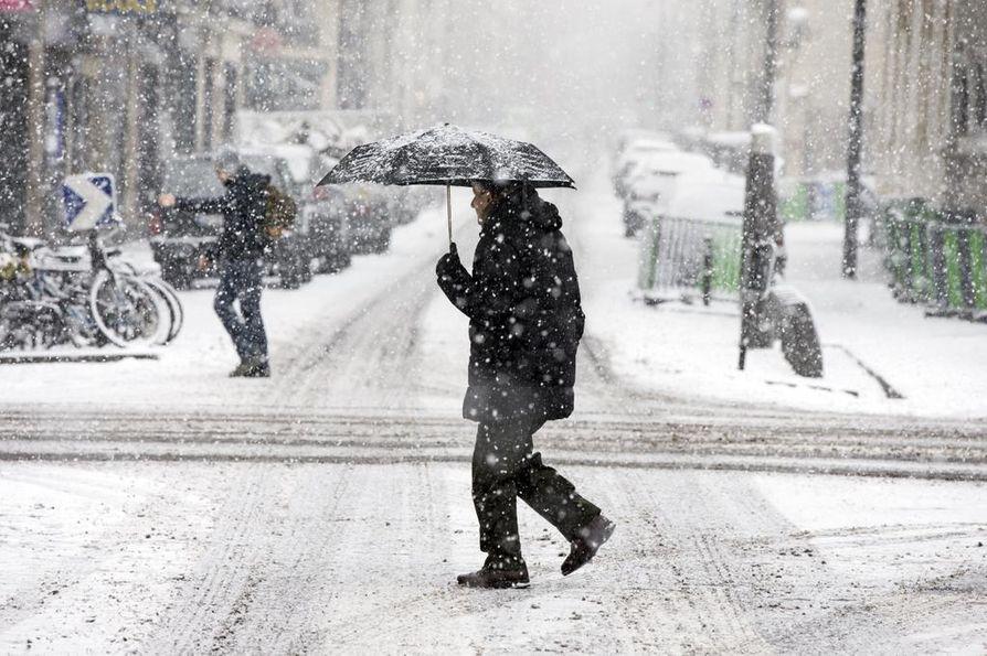 Pohjois-Ranskassa on saatu lunta tupaan aivan urakalla.