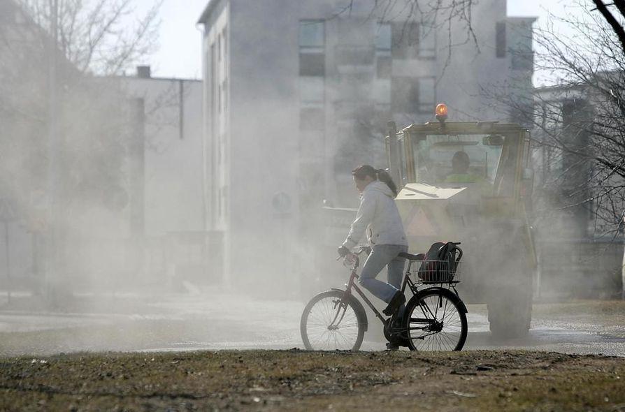 Katupöly aiheuttaa hankaluuksia keväisin Oulussa.
