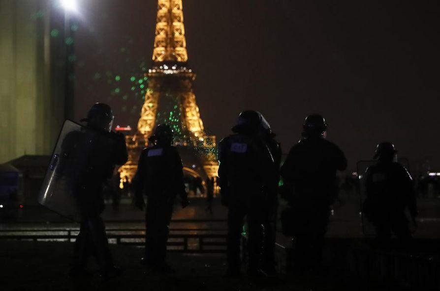 Eiffel-torni sulkee ovensa lauantaina. Myös jalkapallo-otteluita ja lukuisia muita tapahtumia on peruttu kaupungissa protestin takia.