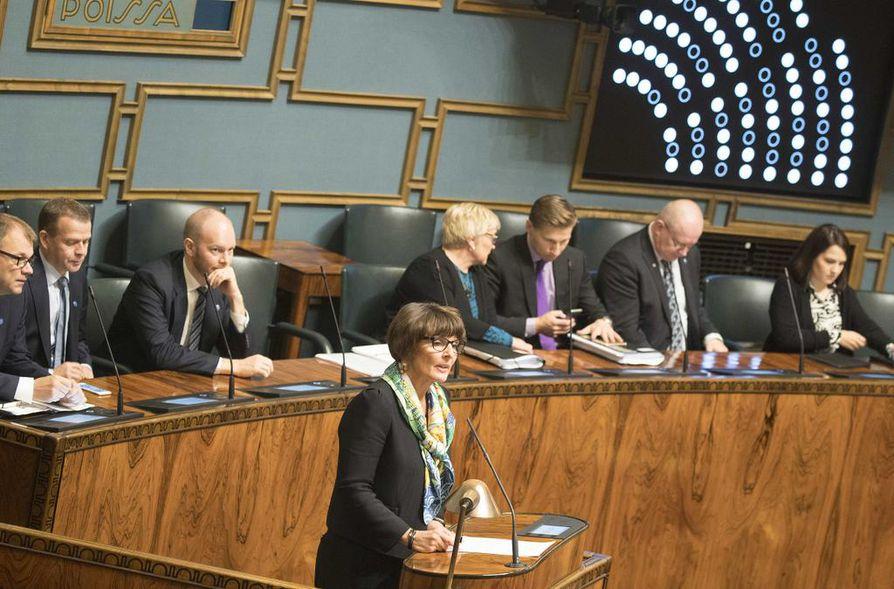 Anne Berner puolusti lokakuussa 2017 liikennekaartaan eduskunnan ristitulessa. Monen mielestä Berner oli päässyt ministeriaitioon liian nopeasti, ilman tavanomaista politiikassa pätevöitymistä.