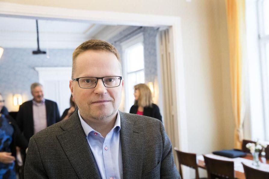 Pudasjärven kaupunginjohtaja Tomi Timosen mukaan kansalle luvattujen palveluiden rahoituspohja on epäselvä.