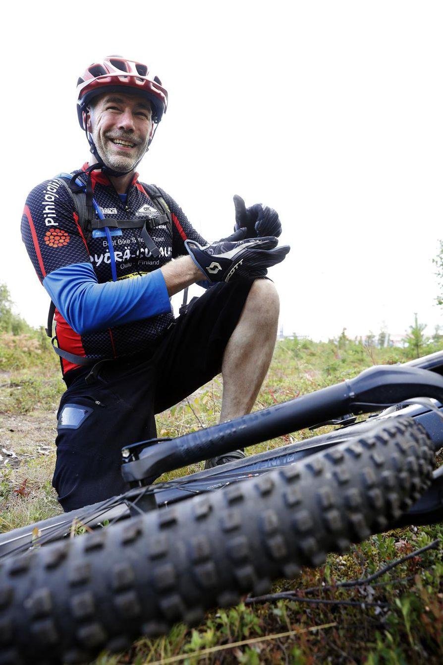 Jukka-Pekka Jylhä on ajanut sähköavusteisella maastopyörällä nyt vuoden ajan. Ajaessa virtaa hiki, jos niin haluaa.