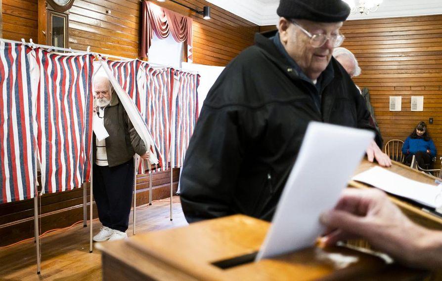 Wilmontilaiset äänestivät demokraattien esivaaleissa kaupungintalolla tiistaina.