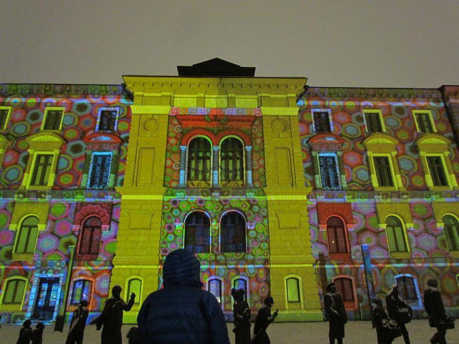Viikonlopun pääteoksista yleisöä ihastuttivat etenkin kaupungintalon Colored Mosaic ja kauppatorin edustalla liikkuva valas.