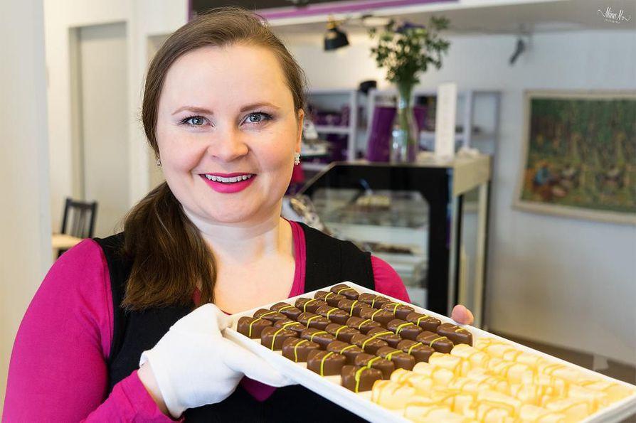Suklaan valmistaja Riikka Ojanen valittiin vuoden yksinyrittäjäksi Oulussa.