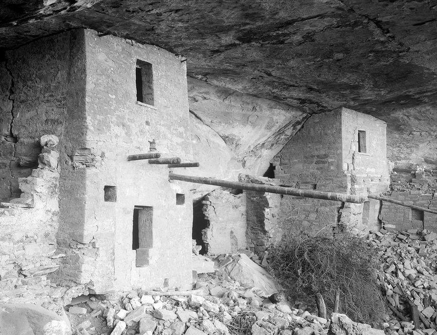 Kuva Coloradosta vuodelta 1891 Mesa Verde -pöytävuoren raunioasumuksista. Kuvan ottanut ruotsalainen geologi Nordenskiöld. Kuvaa on rajattu. Kansallismuseon Mesa Verde -kokoelma .