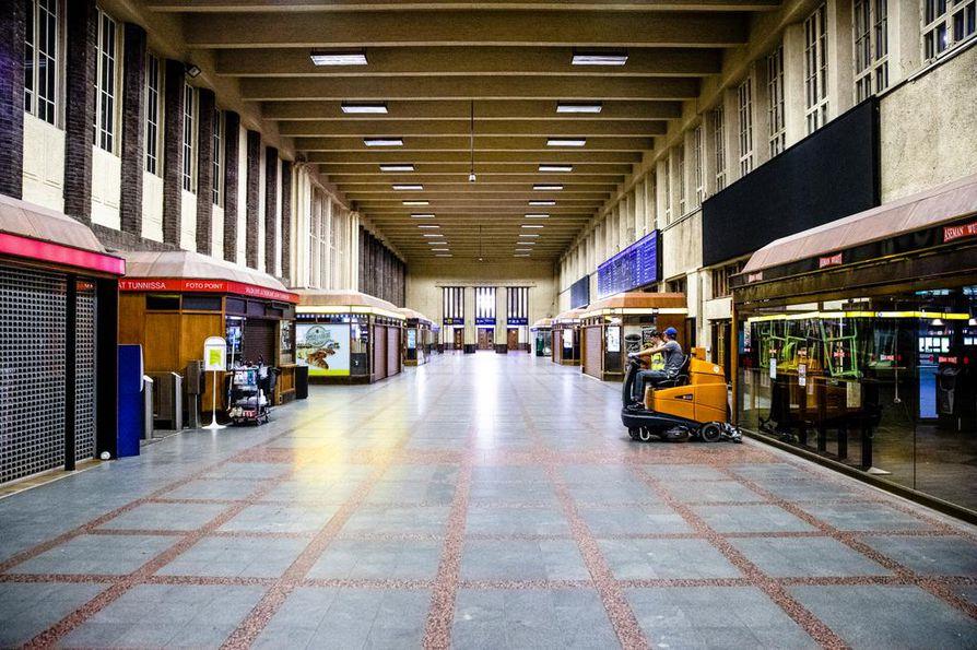 Aseman ovet ovat nyt lukossa, ja seuraavat kolme tuntia on varattu huoltotöille. Asema avaa ovensa taas seuraavana aamuna kello viisi.
