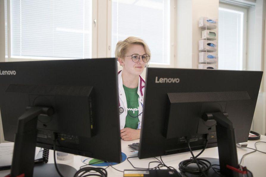 """""""Terveyskeskuksissa käytössä oleva Effica-järjestelmä on käytössä kömpelö ja hidas. Päivystyksessä käytetään Eskoa, ja tilastointia täytyy tehdä vähemmän. Työ on paljon nopeampaa"""", kertoo lääkäri Jenni Puoliväli OYSista."""