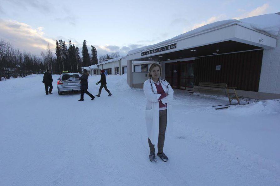 Inarin johtava lääkäri Outi Liisanantti selvitteli Ivalon terveyskeskuksessa koronaepäilyä perjantaiaamuna.