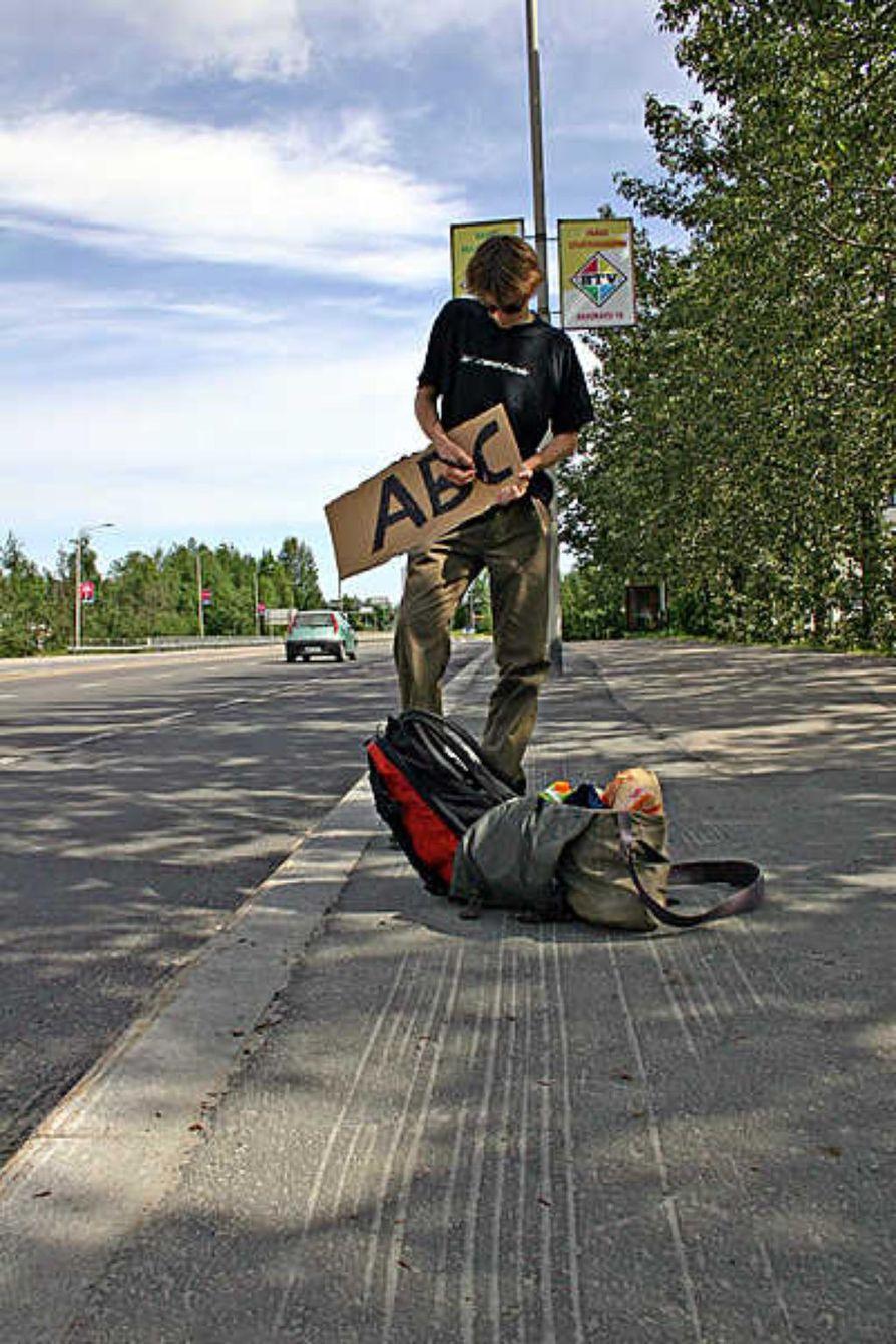 Liftarille tulevat tutuiksi monenlaiset ajoneuvot citymaastureista rekka-autoihin. Mikael Korpela odottelee kyytiä.