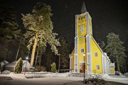 """Oulun perhesurma järkytti, Muhoksen kirkko avasi heti ovensa tukea tarvitseville – """"Toivon, että kodeissa sytytetään muistokynttilöitä"""""""