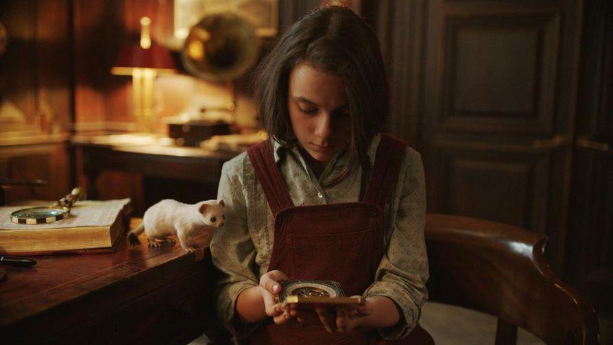 His Dark Materialsissa pääosassa on Lyra Belacqua (Dafne Keen). Suoratoistopalvelu HBO Nordicilla näkyvässä sarjassa Lyran daimon on Pantalaimon. Hänen apunaan on myös aletiometri, jonka avulla voi selvittää totuuden.