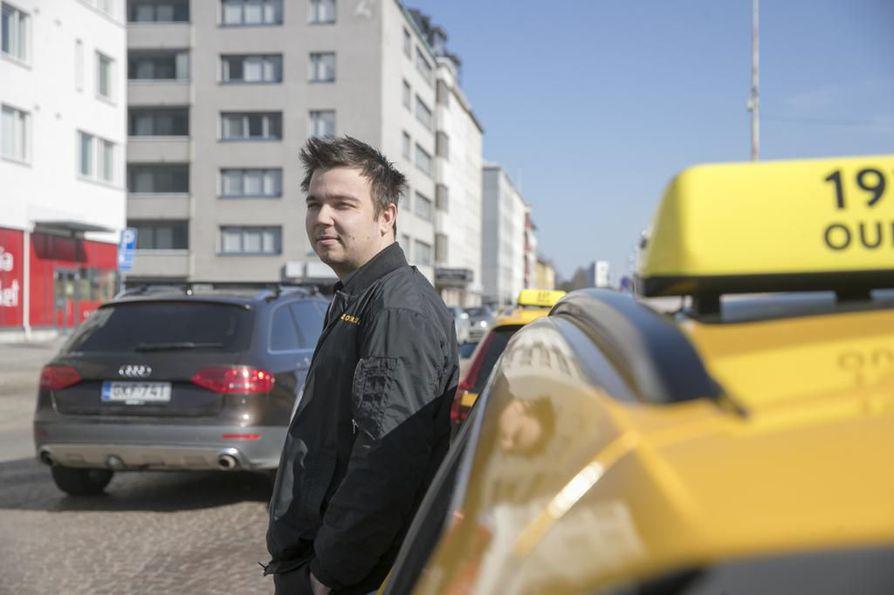 On ihan hyvä juttu, että nopeudet keskustan alueella pienenevät, vaikka kovin suurta turvattomuutta katujen varsilla ei ole ilmennyt, tuumii taksia Oulussa ajava Henri Puhakka.