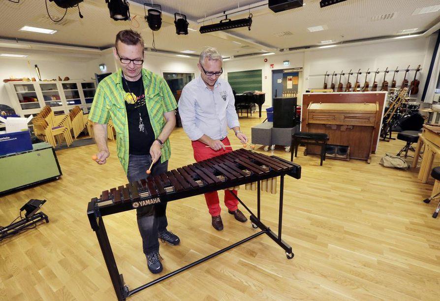 Yliopisto-opettaja Kari Kuivamäki (vas.) ja musiikkikasvatuksen koulutusvastaava Petteri Klintrup soittavat ksylofonilla uudessa musiikkiluokassa.