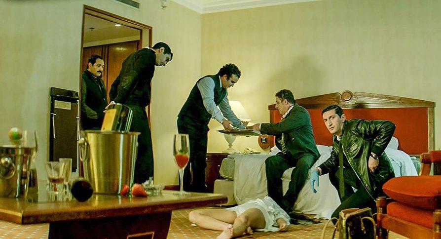 Noir-vaikutteisessa trillerissä liikutaan Egyptin isokenkäisten ja korruptoituneiden poliisien piireissä. Kairon Nile Hilton -hotellissa on murhattu yökerholaulajatar ja tapauksen tutkija joutuu murhien, prostituution, kiristysten ja salaisten poliittisten agendojen syövereihin.