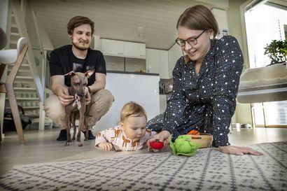 Oululaisen Lahden perheen esikoinen syntyi tiukimpien rajoitusten aikaan, isovanhemmat näkivät lapsenlapsensa aluksi vain ikkunan läpi – koronaepidemialla on isot vaikutukset vauvaperheisiin