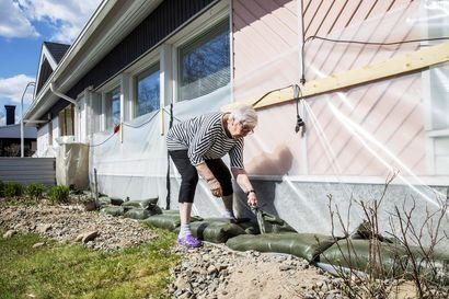 """Rovaniemelle odotetaan suurinta tulvaa vuosiin, taloja vuorataan muovin sisään Kemijokivarressa – """"Yöunet ovat menneet"""""""