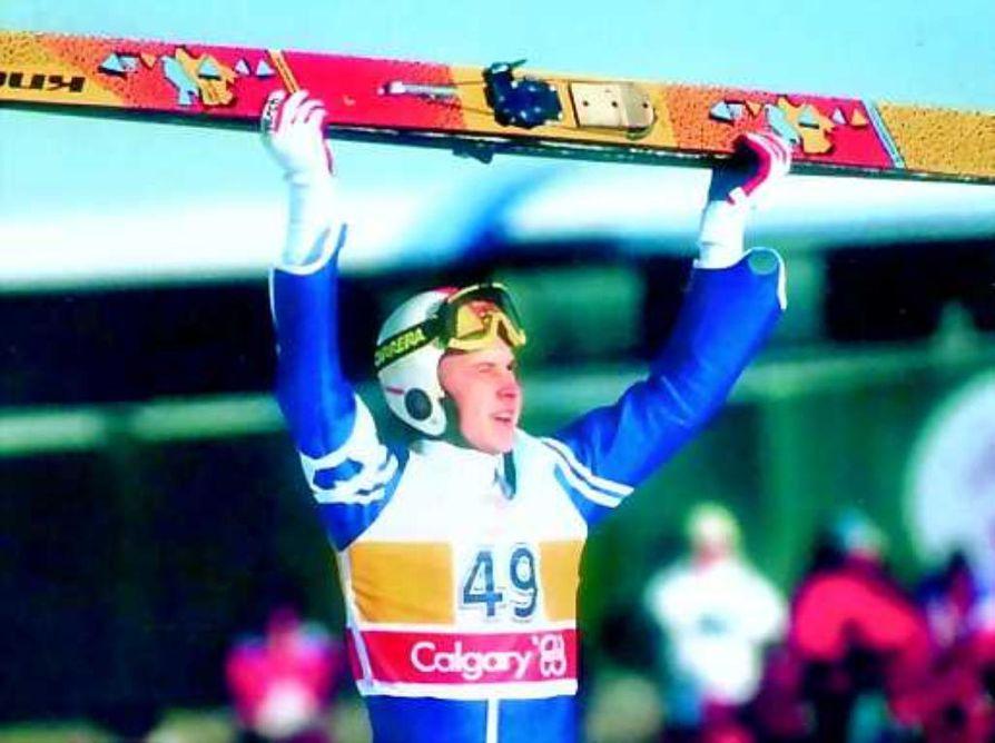 Maailman parhaana. Matti Nykänen juhlii olympiakultaansa Calgaryssa vuonna 1988. Kuva on kirjan kannesta.