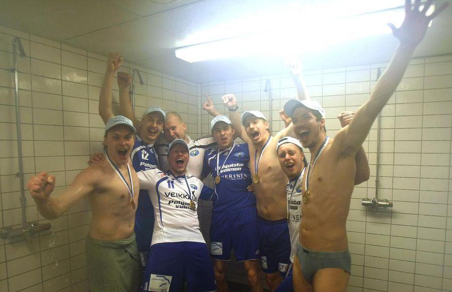 Sun Volleyn pelaajat juhlivat sensaatiomaista Suomen mestaruutta keväällä 2010. Eemi Tervaportti kuvassa keskellä sinisessä peliasussaan.