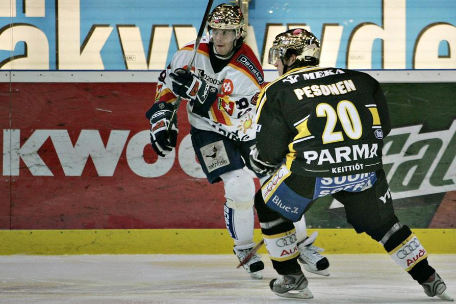 Janne Pesonen kantoi viime vuosikymmenellä Kärppien kultakypärää. Vastassaan hänellä tuolloin Jokereissa pelannut ja sittemmin NHL-kaukaloihinkin siirtynyt Ville Leino, joka on jo lopettanut uransa.