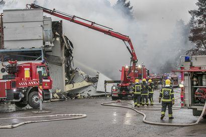 """Rantsilan tulipalon jälkivartiointi jatkui  yölläkin – """"Tällaisissa tulipaloissa tupsahtelee uusia paloja pitkään"""""""