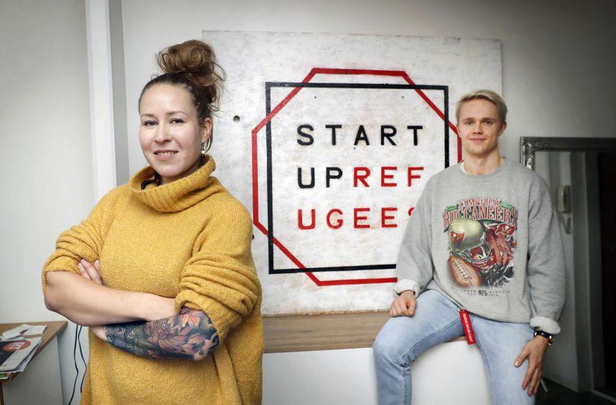 Aluepäällikkö Matleena Aarikallio ja projektipäällikkö Atte Räinä Startup Refugeesin toimistossa.