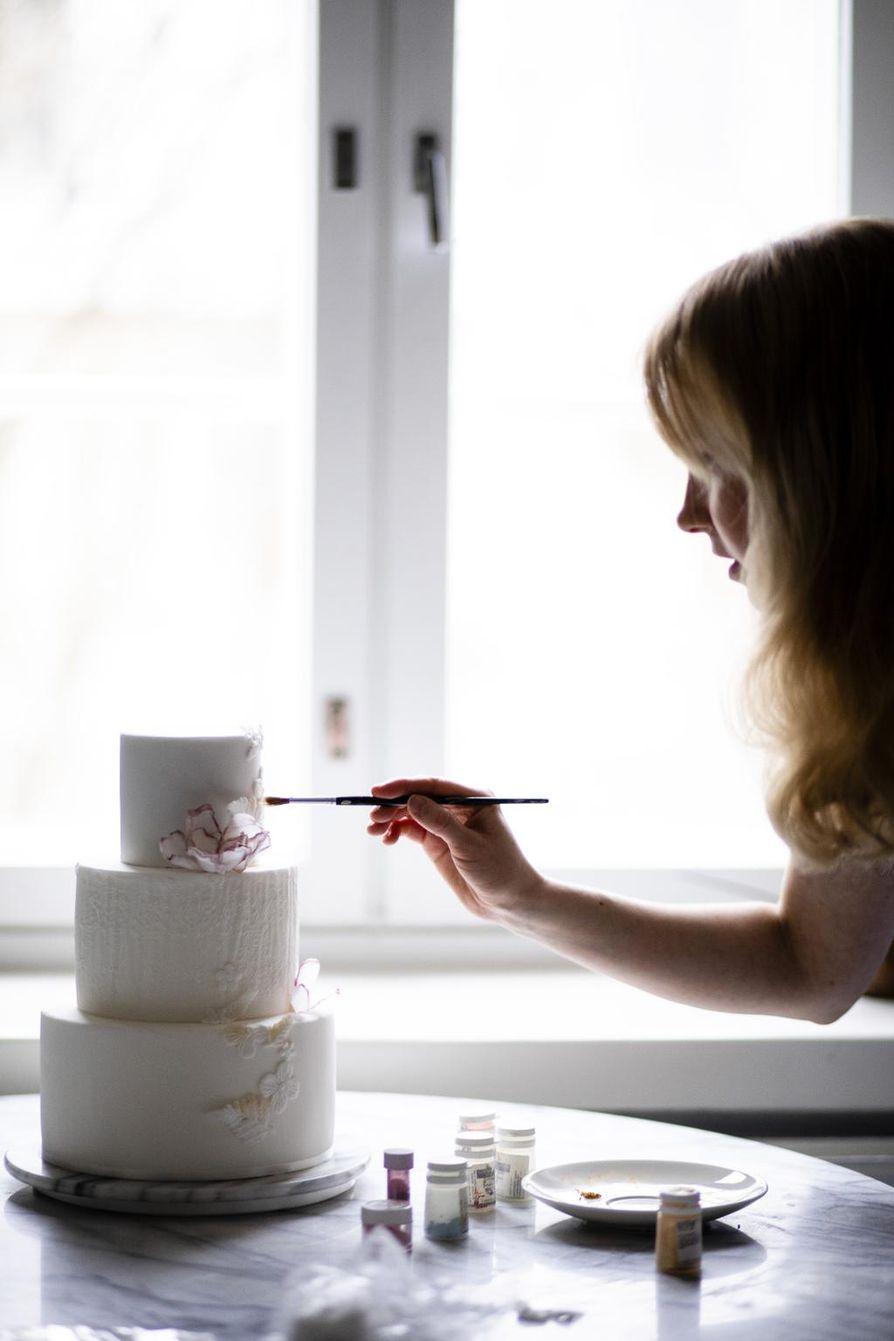 Emma Ivane on ollut päätoiminen kakkutaiteilija jo kuuden vuoden ajan. Hän uskalsi aloittaa alalla, jota ei Suomessa vielä ollut.